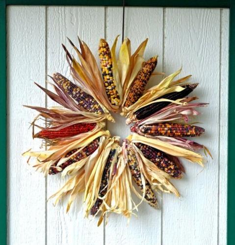 Coroana decorativa din stiuleti de porumb