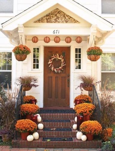 Ghivece cu crizanteme pe trepte si coroana din ceapa rosie decor de toamna