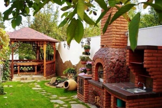 Bucatarie de vara in aer liber zidita din caramida