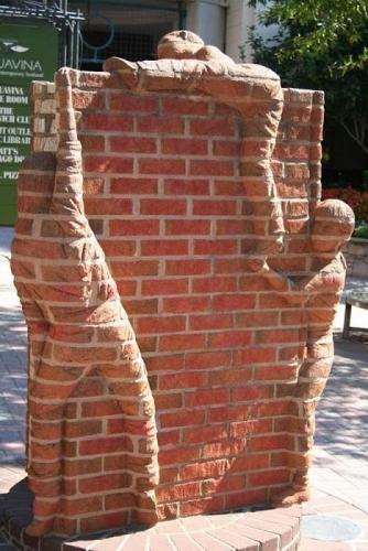 Constructie decorativa din caramida