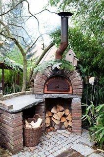 Cuptor de gradina pentru pizza confectionat din caramida
