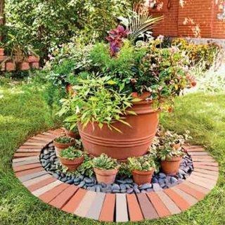 Decoratiune de gradina cu vase ceramice si caramizi