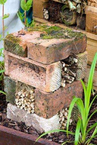 Ornament de gradina din caramizi si surcele