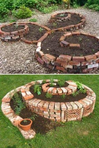 Spirala pentru flori construita din caramizi