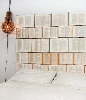 Decoratiune de perete din carti vechi deasupra patului