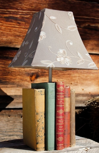 Lampa cu abajur si suport din carti