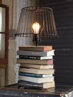 Lampa de masa cu  suport din carti