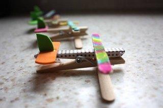 Avioane confectionate din carlige de rufe proiect scolar
