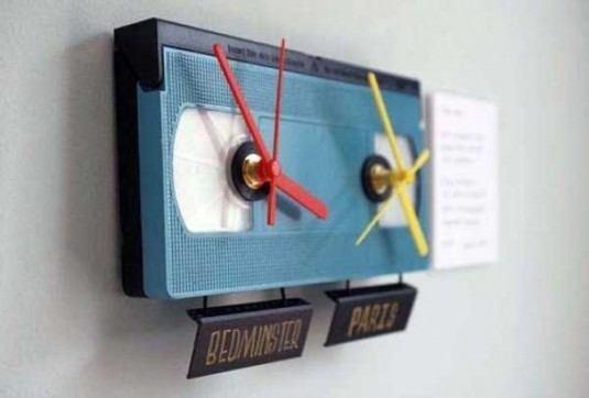 Ceas de perete ce indica ora pentru diferite fusuri orare