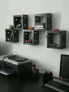 Etajere confectionate din casete de DVD