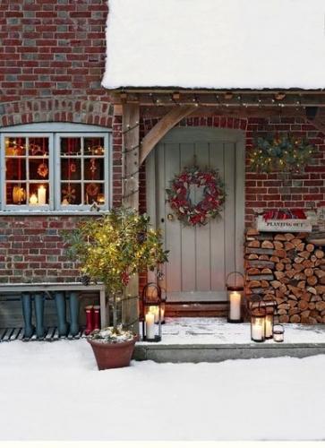 Coronita de brad pe usa de la intrare in casa si fereastra impodobita