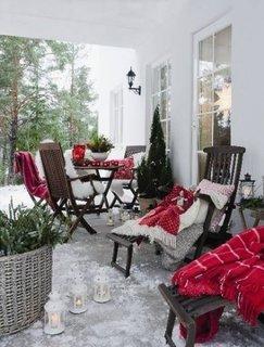 Terasa casei amenajata in spiritul sarbatorilor de iarna