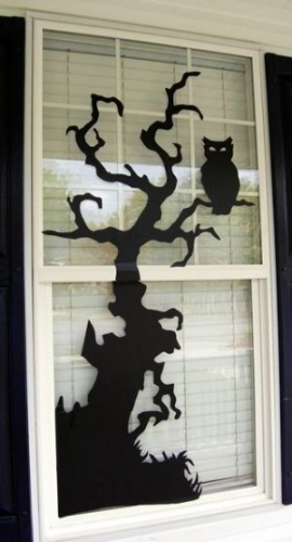 Autocolant negru lipit pe geam