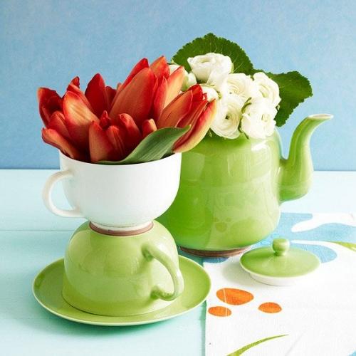 Aranjament floral cu cesti si ibric de ceai