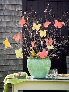 Copacel confectionat din ramuri si floricele de hartie colorata