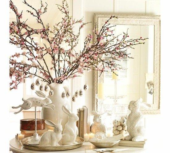 Decoratiune de Paste cu iepurasi din ceramica si vaza cu ramuri inflorite
