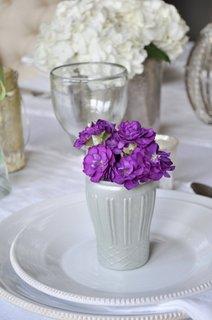 Mic aranjament cu flori mov si vaza alba