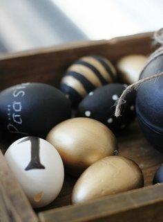 Oua de Paste vopsite cu negru si auriu si mesaje motivationale