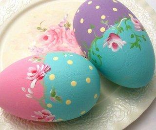 Oua pictate in doua culori roz si bleu