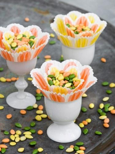 Suport de oua cu foi pentru briose si bombonele colorate