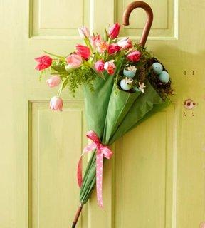 Umbrela verde prinsa pe usa cu fundita flori si oua