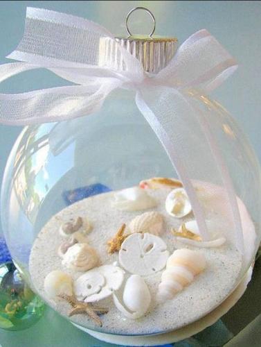 Glob confectionat dintr-un bol transparent nisip si scoici