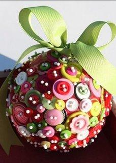 Glob pentru Craciun confectionat din nasturi