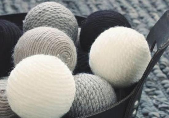ornamente de Craciun globuri imbracate in lana colorata