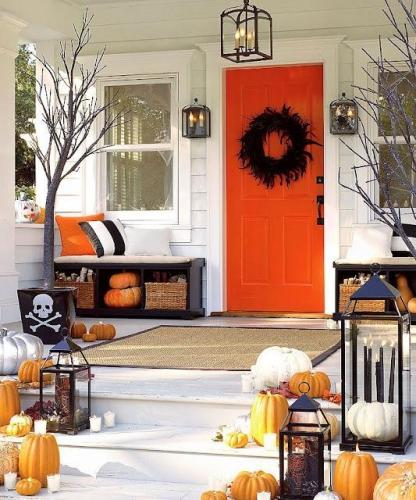 Exterior de casa amenajat pentru Halloween