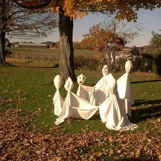 Fantome dansand in jurul unui copac