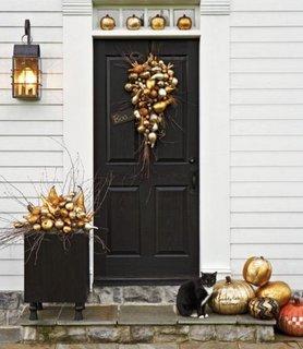 Idee de amenajare a treptelor de la intrare si a usii de exterior pentru Halloween