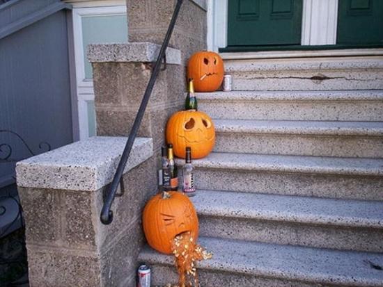 Idee pentru decorarea scarii exterioare pentru Halloween
