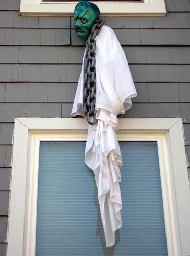 Monstru agatat la exteriorul ferestrei