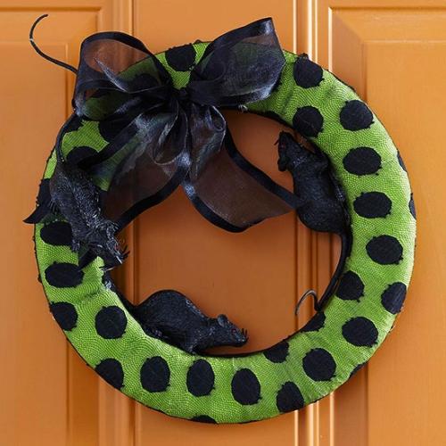 Coroana pentru usa cu sobolani si funda neagra