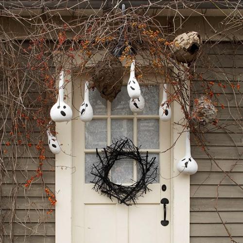 Decor cu fantome pentru usa de la intrare