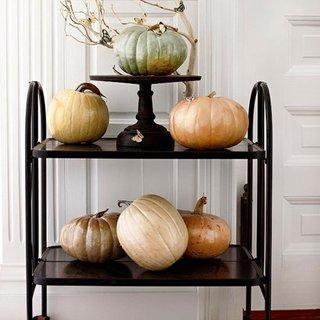 Decor interior pentru Halloween cu dovleci vopsiti in culori metalizate