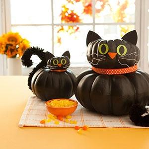 Decoratiuni pentru Halloweeen pisici negre confectionate din dovleci