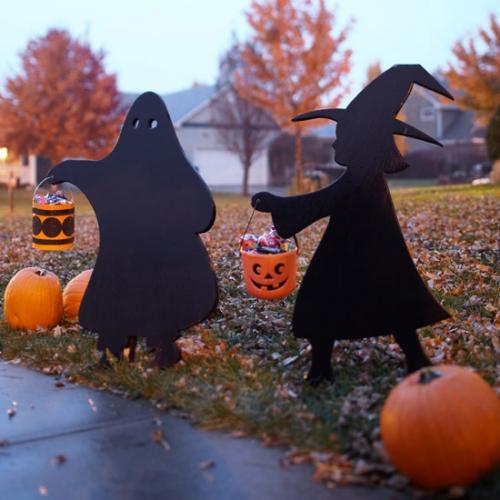 Idee de amenajare a gradinii pentru Halloween cu dovleci si siluete negre