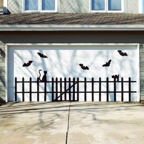 Lilieci si pisici negre lipiti pe gard pentru Halloween