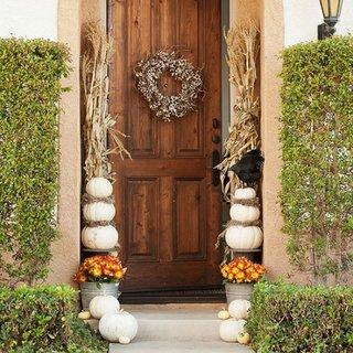 Usa de la intrare decorata cu dovleci