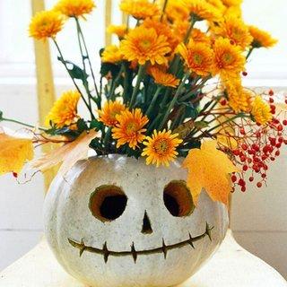 Vaza cu flori realizata dintr-un dovleac sculptat