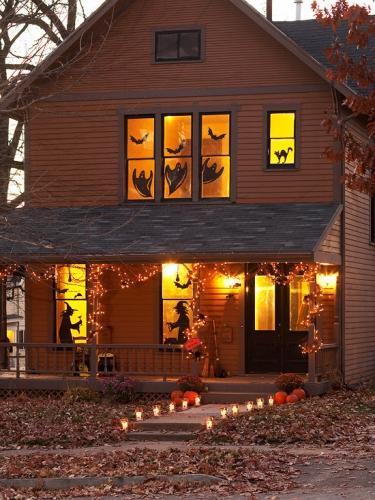 Vrajitoare si diverse siluete lipite pe ferestre pentru halloween