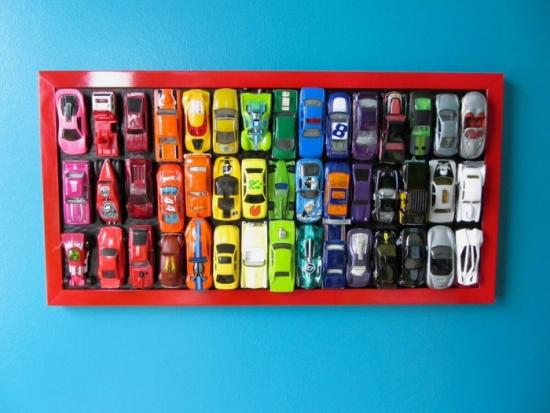 Colectie de masinute inramata si asezata pe perete