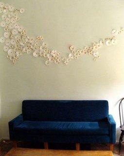 Decoratiune pentru pereti flori lipite pe peretele din spatele canapelei