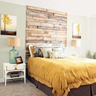 Dormitor cu pat cu tablie din paleti si veioze hand made din sticle mari si abajur de cartor