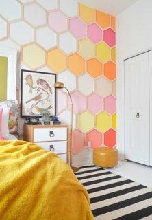 Fagure de albine colorat pe peretele de accent din dormitor