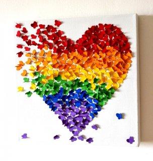 Fluturasi din hartie lipiti in forma de inima pe perete