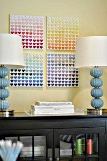 Tablouri cu inimioare in paleta de culori asezate pe perete