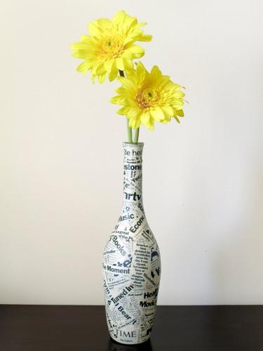 Vaza imprimeu hartie de ziar cu flori galbene