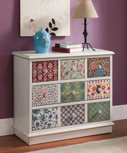 Comoda alba din lemn cu fronturile sertarelor cu tapet patchwork